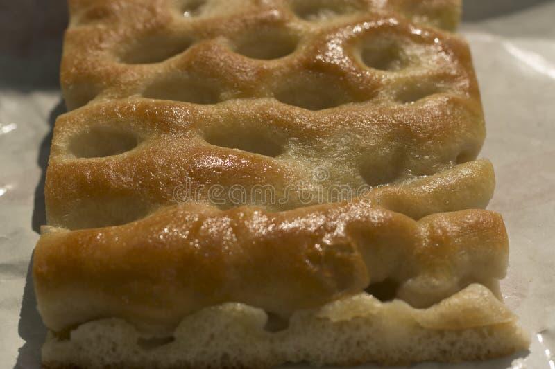 Plan rapproché d'une tranche de focacce, un pain italien typique photos stock