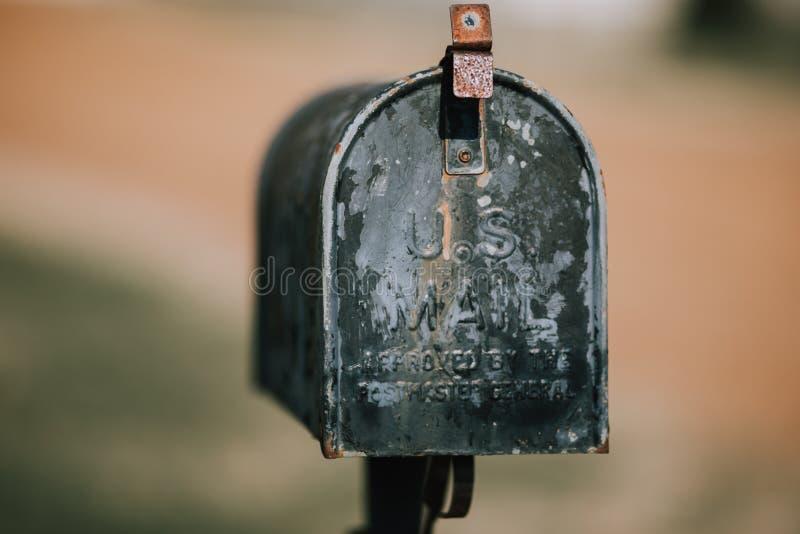 Plan rapproché d'une vieille boîte aux lettres rouillée avec un fond brouillé images libres de droits