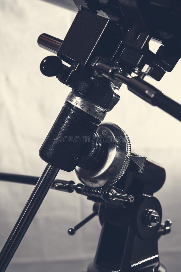Plan rapproché de bâti de télescope blanc et noir photographie stock libre de droits