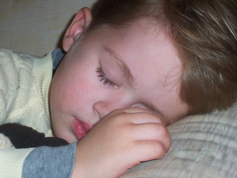 Plan rapproché de bébé garçon de sommeil photo stock