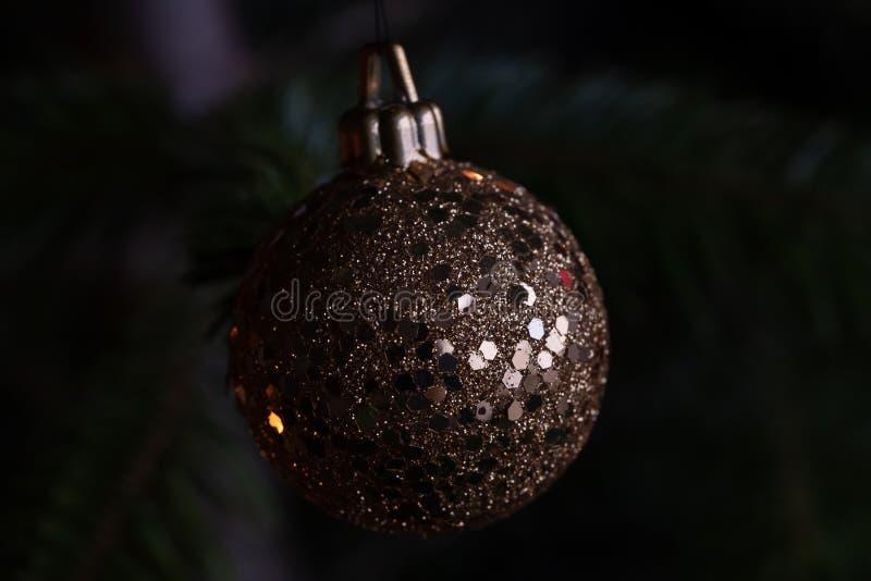 Plan rapproché de babiole d'or pendant de l'arbre de Noël photo stock