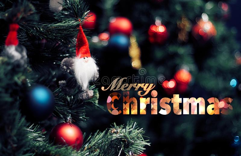 Plan rapproché de babiole rouge pendant d'un arbre de Noël décoré Concept de bonne année avec le texte de Joyeux Noël photographie stock