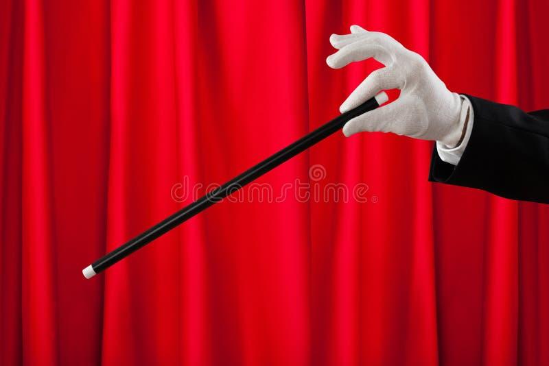 Plan rapproché de baguette magique de With The Magic de magicien image stock