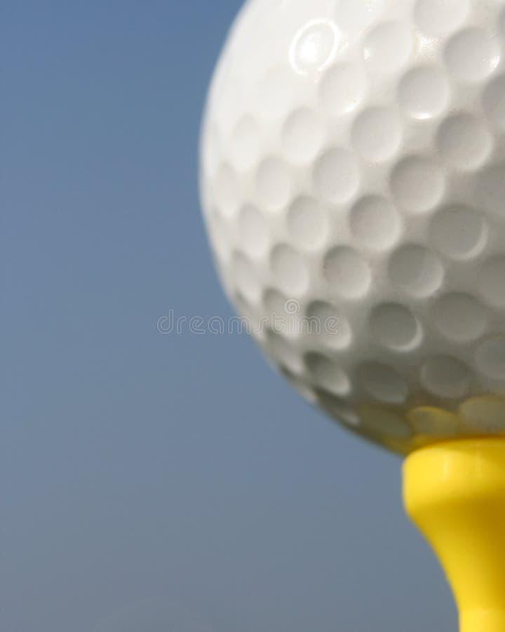 Plan rapproché de balle de golf image stock