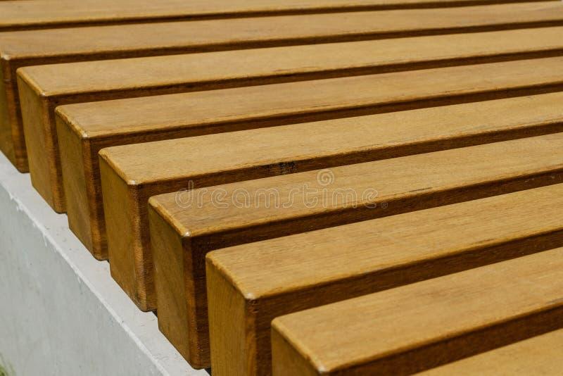 Plan rapproché de banc en bois, fond en bois rayé, détail de meubles photo stock