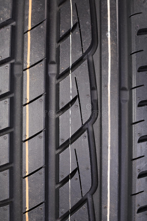 Plan rapproché de bande de roulement de pneu en caoutchouc photo stock