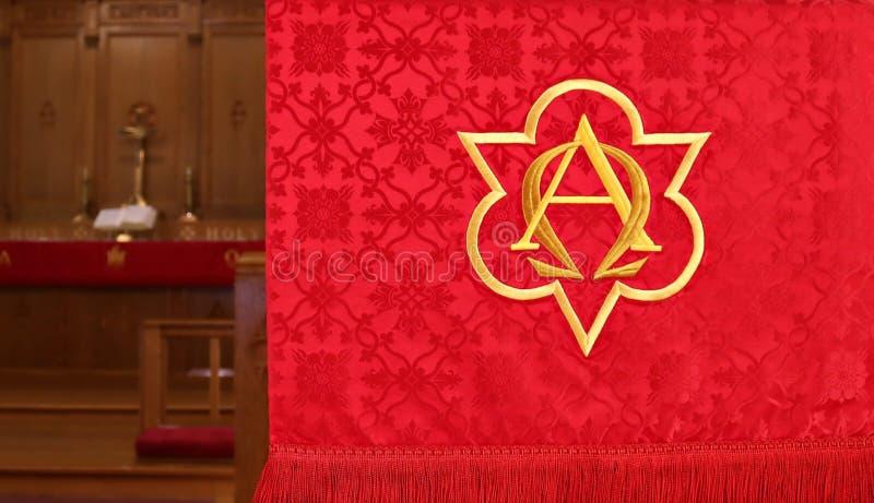 Plan rapproché de bannière rouge d'église avec l'autel trouble dedans derrière image stock