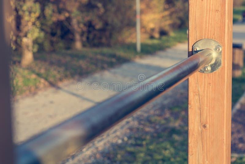 Plan rapproché de barre cabreuse en métal à la forme physique extérieure photographie stock