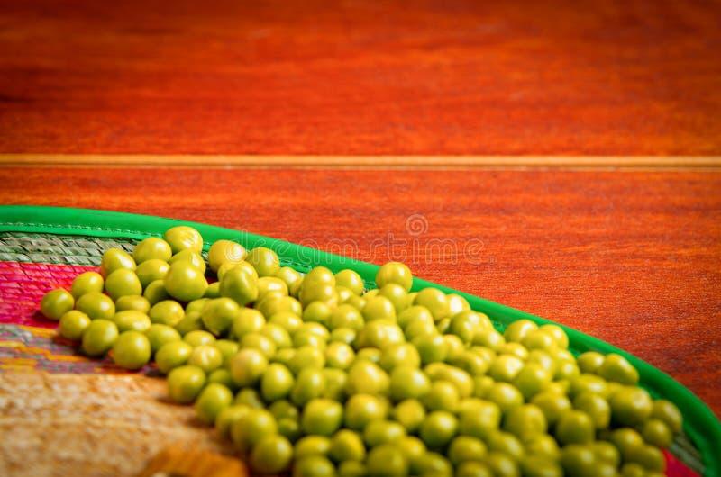 Plan rapproché de beaucoup d'haricots de lima verts disposition sensible au-dessus de la surface en bois photographie stock