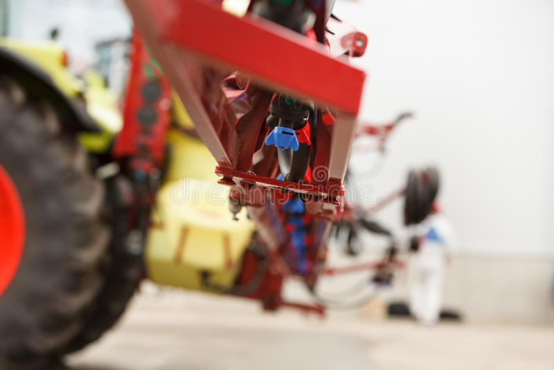Plan rapproché de bec de pulvérisateur de tracteur photo stock