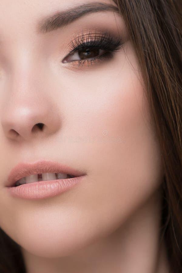 Plan rapproché de belle femme de brune avec de jolis yeux et d'espace entre les dents photographie stock