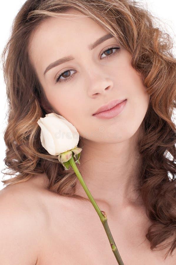 Plan rapproché de belle fille avec la fleur rose de blanc photos libres de droits