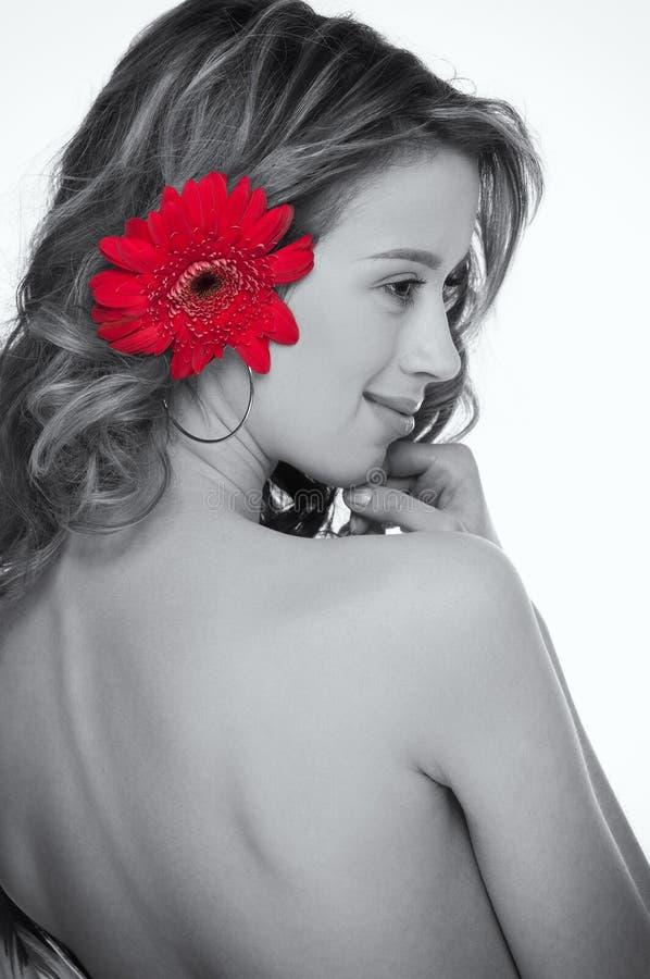 Plan rapproché de belle fille avec la fleur rouge d'aster photographie stock libre de droits