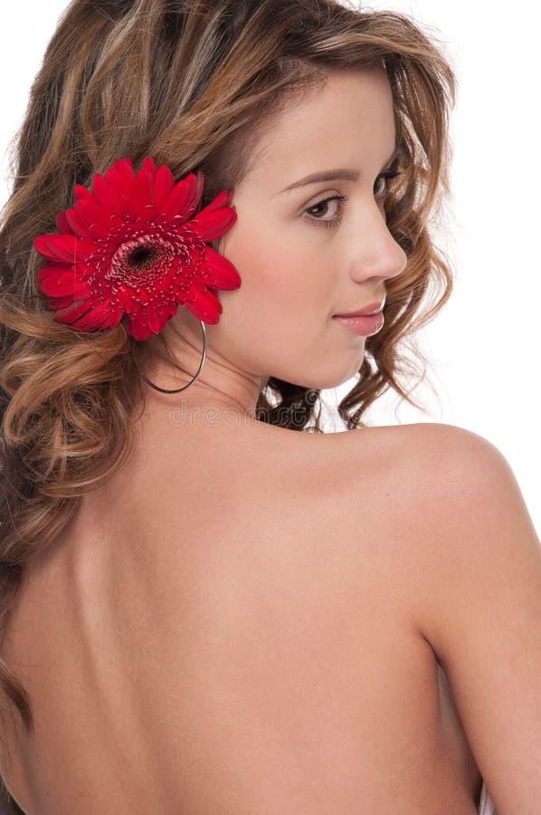Plan rapproché de belle fille avec la fleur rouge d'aster photo stock