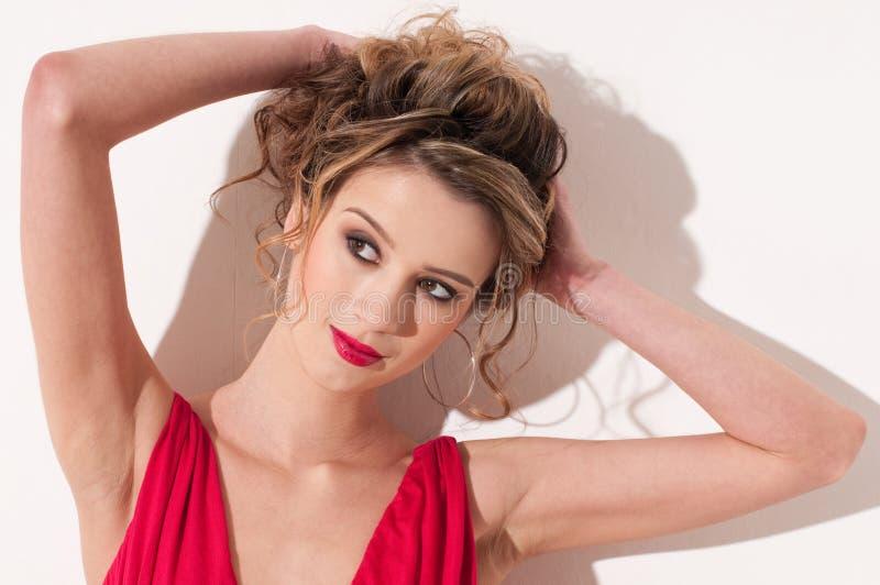 Plan rapproché de belle fille avec le maekeup rouge de mode image stock