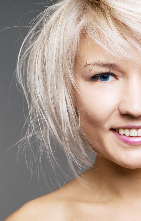 Plan rapproché de blond heureux avec des œil bleu photo stock