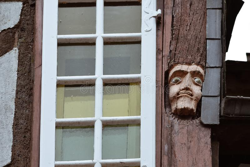 Plan rapproché de bois de visages découpé dans de vieilles maisons en Rochefort-en-Terre, la Bretagne française photos stock