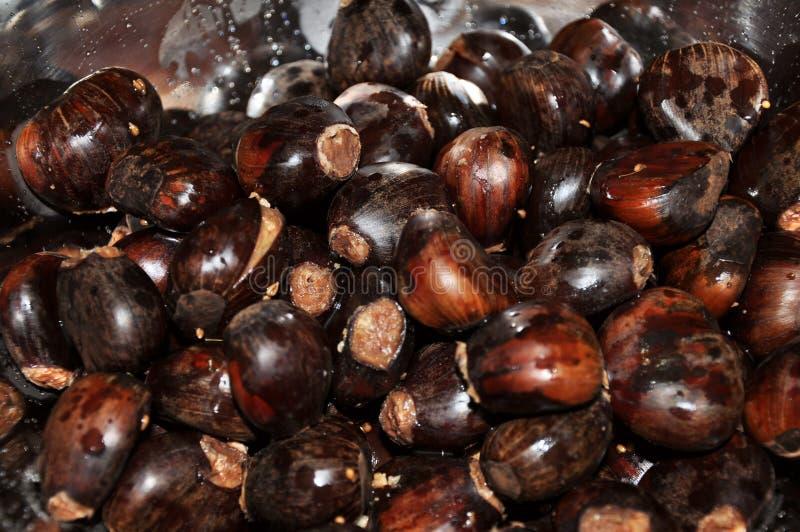Plan rapproché de bol complètement de noix rôties photo stock