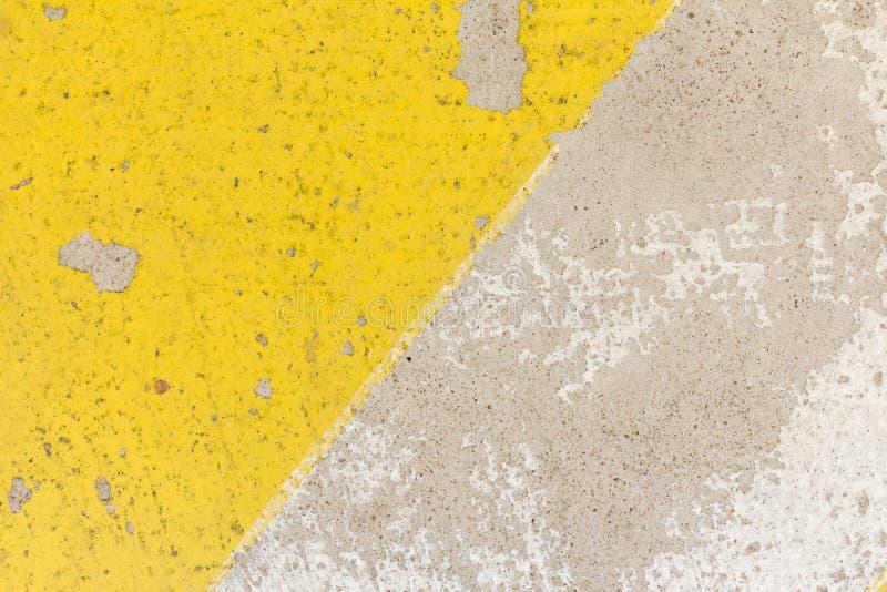 Plan rapproché de bosse de vitesse approximative dans la texture jaune et noire de couleur, photo stock