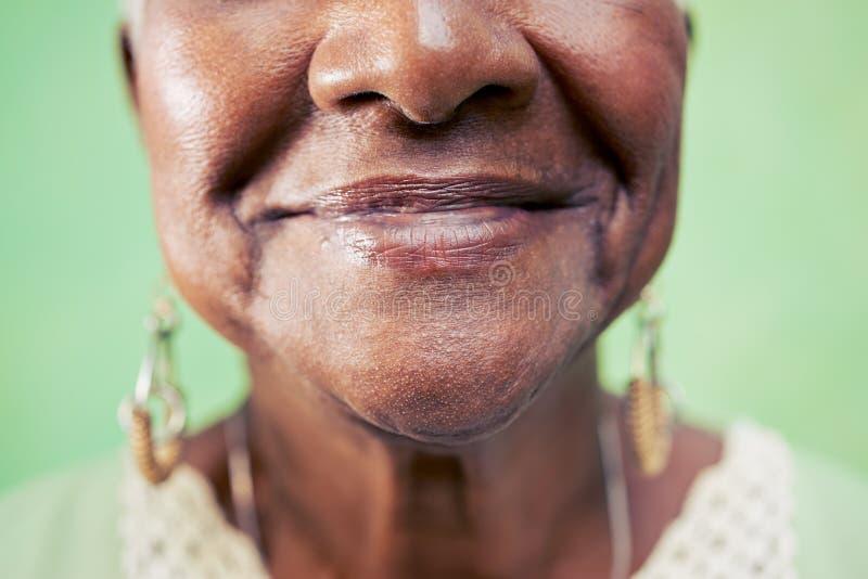 Plan rapproché de bouche de dame âgée sur le fond vert photo libre de droits