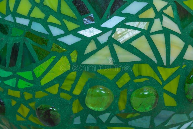 Plan rapproché de boule de jardin de mosaïque aux nuances du vert faites à partir des tuiles en verre souillé, conception abstrai photographie stock libre de droits