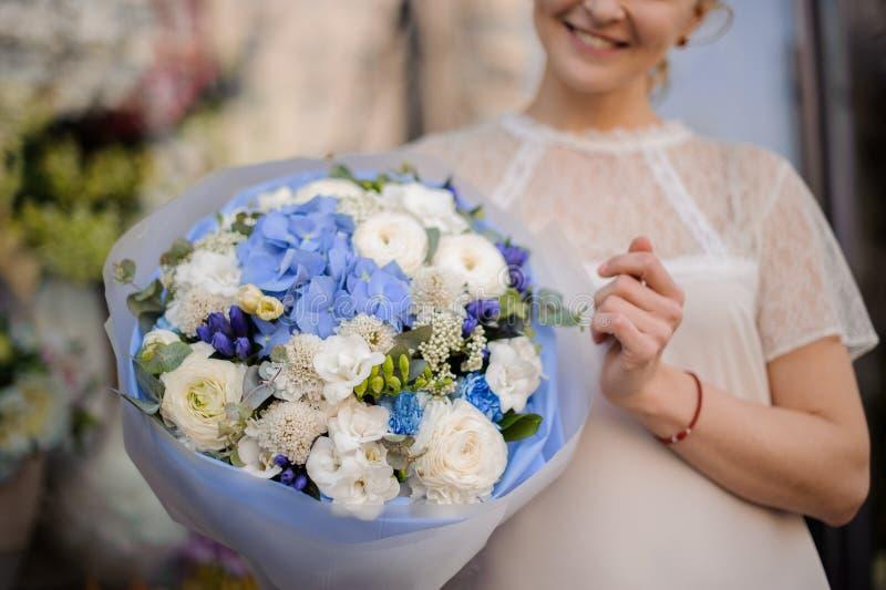Plan rapproché de bouquet avec les fleurs blanches et bleues photos libres de droits