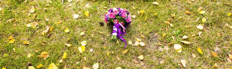 Download Plan Rapproché De Bouquet De Mariage Sur L'herbe Photo stock - Image du mariez, diamant: 77157570