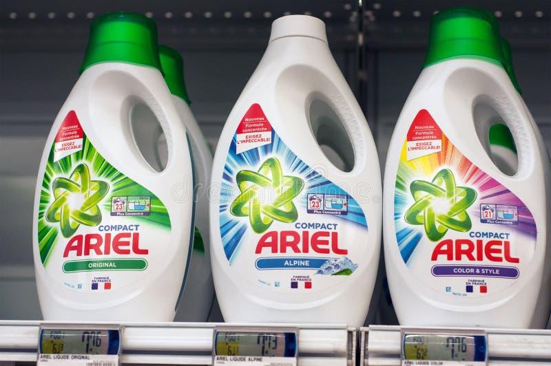 Plan rapproché de bouteille détersive de marque d'Ariel au supermarché superbe d'U photographie stock libre de droits
