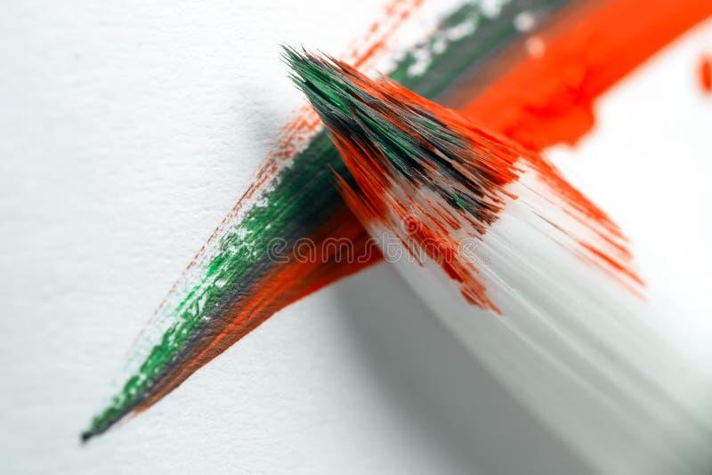 Plan rapproché de brosse de couleurs vertes et rouges photos stock