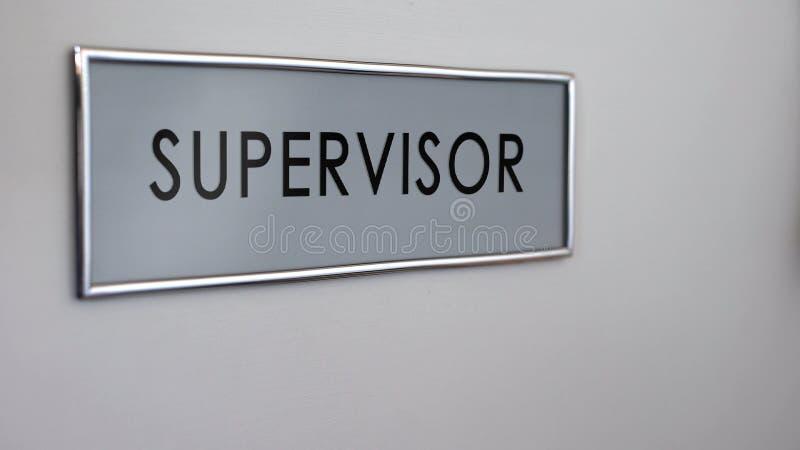 Plan rapproché de bureau de porte de bureau de surveillant, le cadre supérieur pour le contrôle de qualité de travail images libres de droits