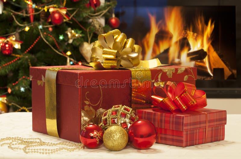 Plan rapproché de cadeaux de Noël photos stock