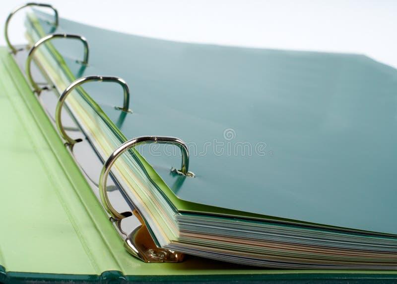 Plan rapproché de cahier avec des fichiers empilés photographie stock