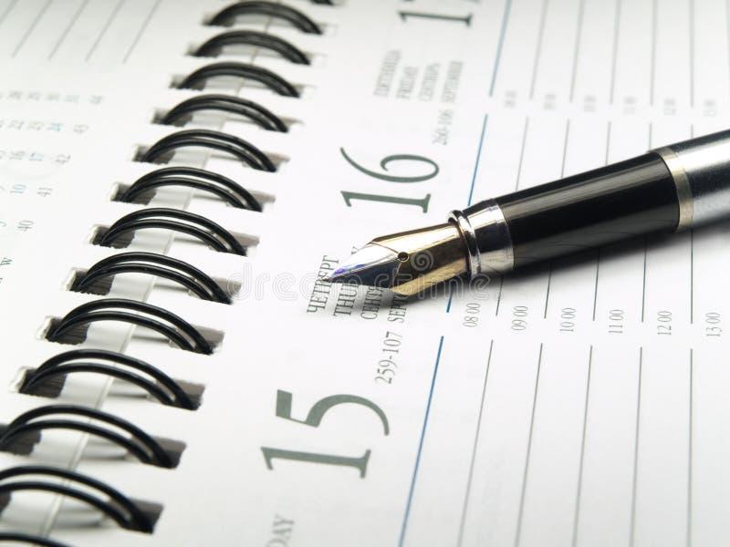 Plan rapproché de calendrier et de crayon lecteur image libre de droits