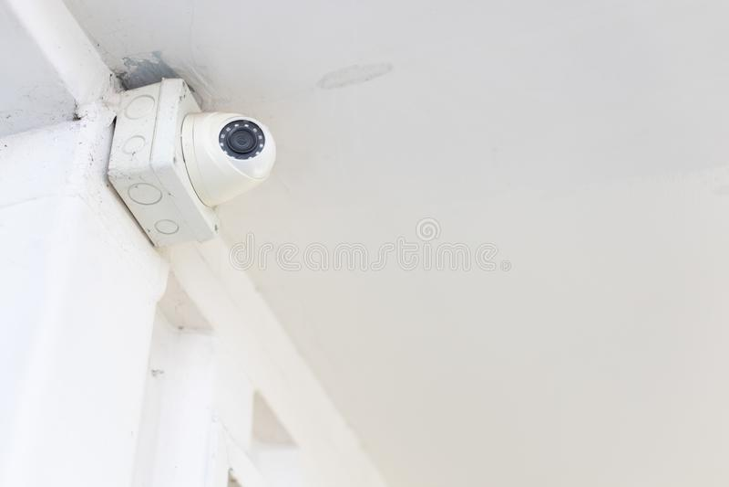 Plan rapproché de caméra de télévision en circuit fermé ou de contrôle de télévision en circuit fermé et de boîte sur le plafond  images stock