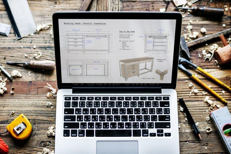 Plan rapproché de carnet d'ordinateur montrant le pla en bois de croquis de meubles photos libres de droits