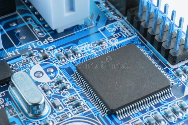 Plan rapproché de carte électronique avec le processeur image stock