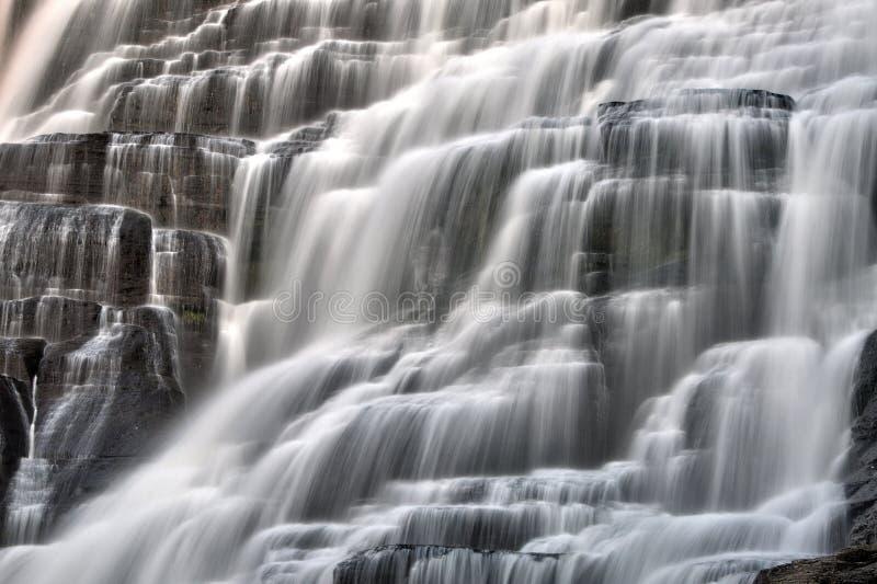 Plan rapproché de cascade de l'eau de cascade images stock