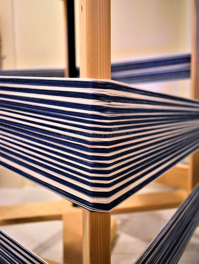 Plan rapproché de chaîne de coton sur le moulin de déformation fibre textiles tissage photo stock