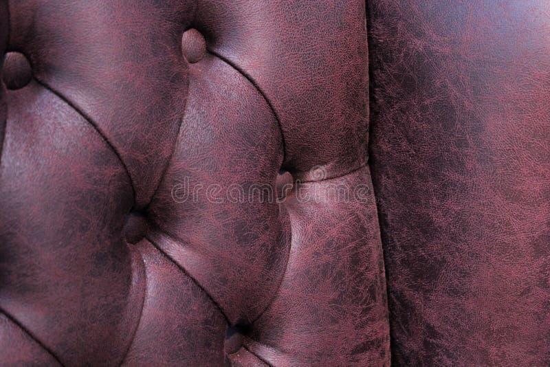 Plan rapproché de chaise élégante de Chesterfield Pr?sidence en cuir bourr?e Seat et dos avec des boutons avec l'espace libre pou image stock