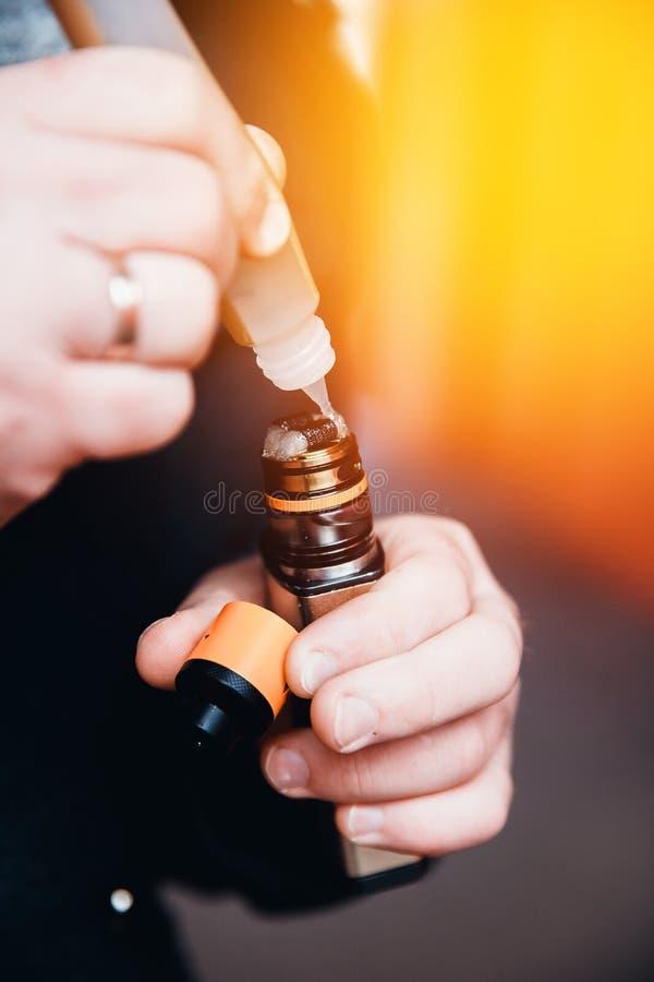 Plan rapproché de cigarette électronique photographie stock