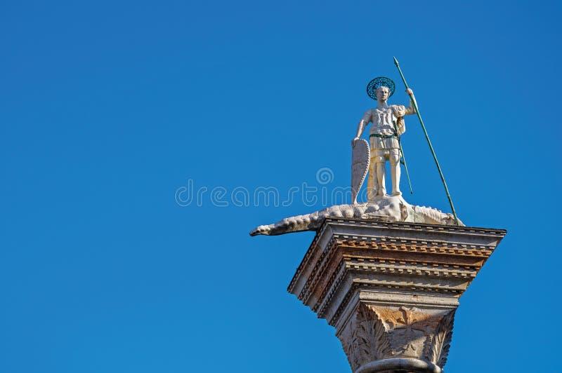 Plan rapproché de colonne du ` s de St Theodore dans la place du ` s de St Mark à Venise images libres de droits