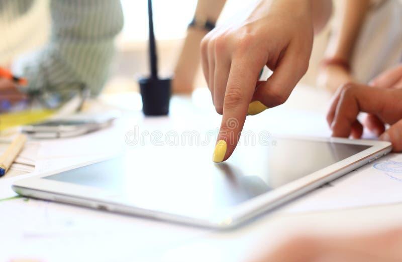 Plan rapproché de comprimé numérique émouvant de mains femelles photos libres de droits