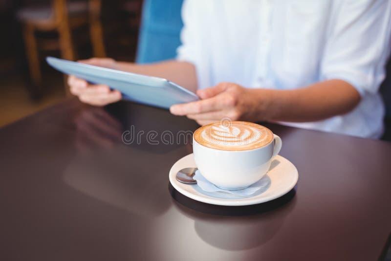 Download Plan Rapproché De Comprimé Numérique Et De Café Sur La Table Photo stock - Image du mains, wireless: 56485118