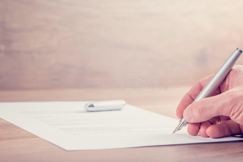 Plan rapproché de contrat de signature image libre de droits