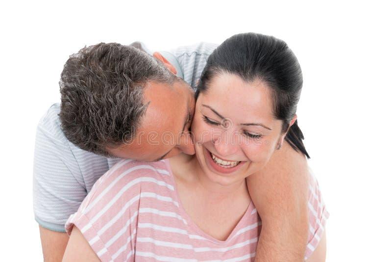 Plan rapproché de cou de baiser de femme de l'homme photos libres de droits