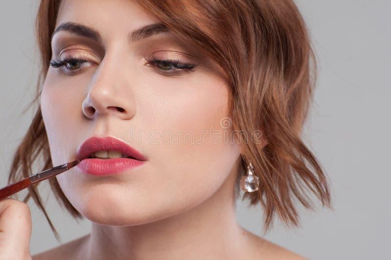 Plan rapproché de cours de maquillage de lèvre Beauté de femmes photographie stock