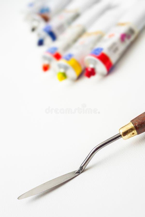 plan rapproch de couteau de palette et tubes de peinture l 39 huile sur la toile blanche image. Black Bedroom Furniture Sets. Home Design Ideas