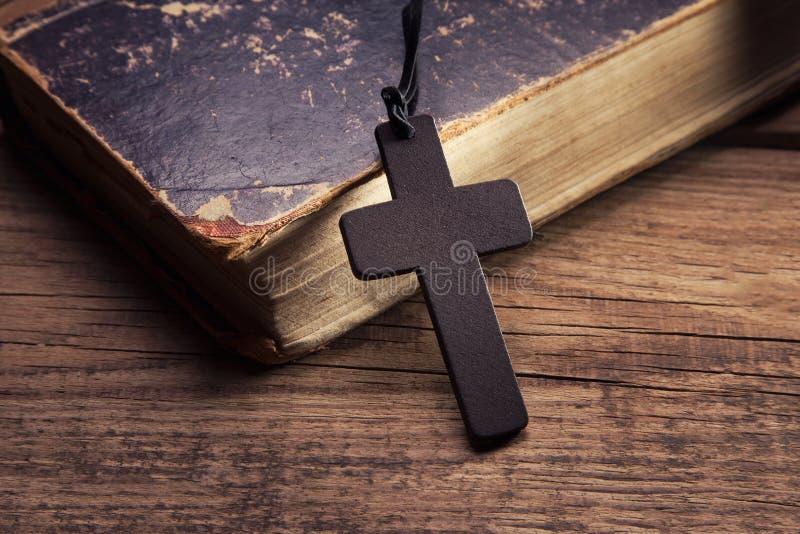 Plan rapproché de croix chrétienne en bois images stock