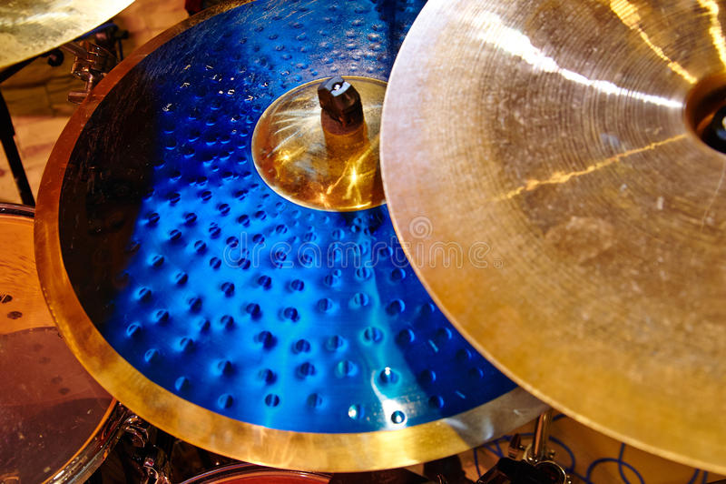 Plan rapproché de cymbales avec l'ensemble de tambour photos libres de droits