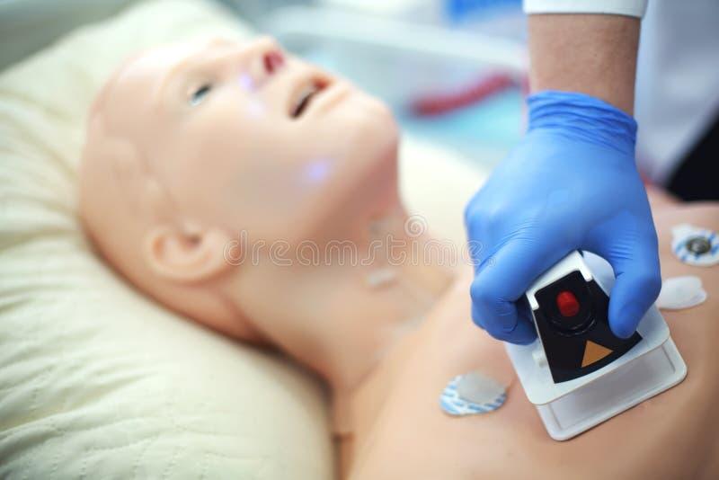 Plan rapproché de défibrillateur Simulacre médical Utilisation des poupées médicales pour pratiquer des qualifications médicales images stock